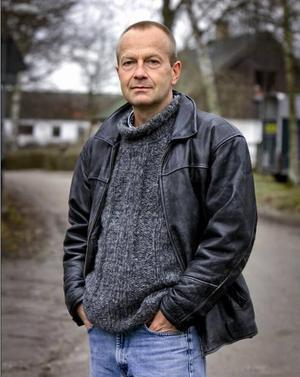 LANTISSKILDRARE. Olle Lönnaeus, svensk country noir-författare.