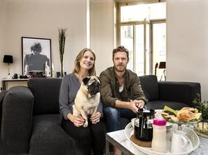 """Sebastian Lauritzen, här med sambon Julia och mopsen Bosse, gör comeback i Timrå igen efter 13 år. """"Det känns jättebra"""", säger han."""