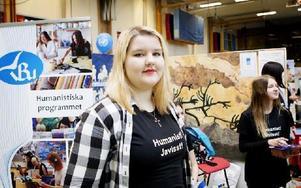 Tove Sköld går det humanistiska programmet och hoppades under mässan kunna locka fler till de kultur- och språkinriktade studierna. Foto: Carl Lindblad/DT