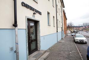 Många har undrat vem den där chefen kan vara som har ett hotell på Stockholmsvägen i Södertälje.