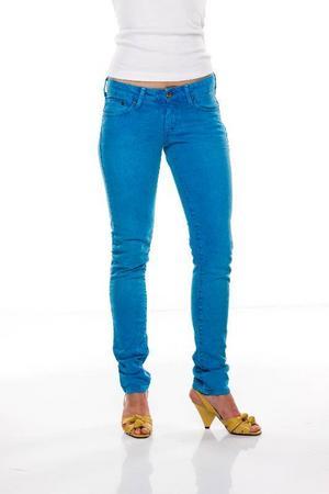 Turkosblå lätt skrynklade stuprörsjeans, H&M, 398 kronor.