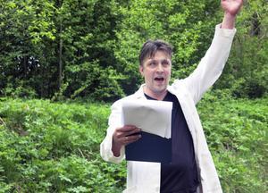 """Martin Pareto spelar upp en scen under Folkteaterns testvandring av kommande föreställningen """"Ett sjunkande skepp/ett växande slott""""."""
