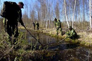 Sökte i terrängen. Ett tiotal hemvärnsmän sökte på onsdagen igenom skogspartier nära sjön. Bland annat genomsöktes en bäck som leder ut i sjön.