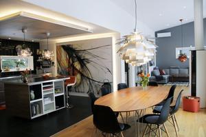 Den nybyggda delen är öppen, ljus och rymlig. Över matsalsbordet tronar lampan Kotten, en nytillverkad designklassiker.