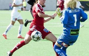 Kvarnsveden-Limhamn. Kvarnsvedens nr 5, Lisa Phibin är framme och oroar Josephine Frigge i Limhamnsmålet. Foto: Mikael Forslund
