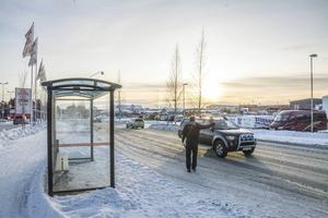 Passagerna över Hagvägen är inte optimala. Gångtrafikanterna har helt enkelt få övergångsställen att tillgå och ofta får de, som på bilden, passera den livliga vägen tämligen trafikosäkert.