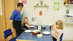 Barnskötaren Gunnevi Eldståhl äter kvällsmat tillsammans med tvååriga Signe Rosén och sexåriga Kajsa Almqvist på Nattugglan.
