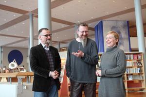 Härnösands kulturchef Göran Sjögren, slagverksledaren Johan Eriksson och danspedagogen Daniell Dietz inför lördagens konsert på Sambiblioteket i Härnösand.