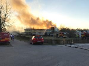 Vid 02.00 fick räddningstjänsten kontroll över den fullständiga branden. Fem stationer har varit på plats och arbetat med att släcka den.