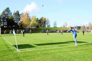 Hemmamatch. Närmare 200 personer hade kommit till lördagens kvalmatch på Solberga IP för att hela fram IFK Askersund. Men motståndarlaget Pars FC vann med 3-2. - Vi började väldigt bra de första 10 minuterna, men sedan gjorde vi några enkla misstag, sa tränare Mikael Åkesson efter matchen.  Foto: Veronica Svensson