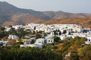 Byn Pirgos klättrar uppför berget på ön Tinos i Grekland.