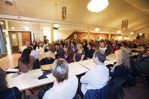 Hundratals föräldrar dök upp på gårdagens informationsmöte där politiker och tjänstemän berättade om skolplanerna.