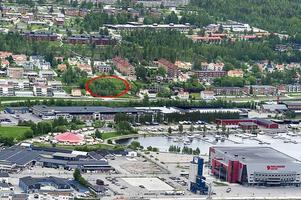I det tomma området mellan Första- och Andra Långgatan funderar Övikshem på att bygga ett hyrehus på fyra till fem våningar.