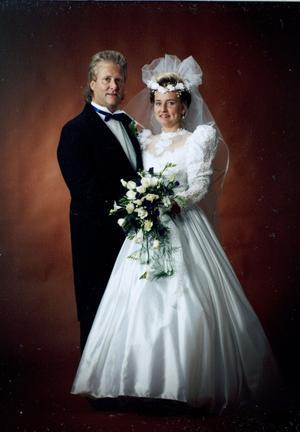 Då. Bo och Katarina gifte sig 30 november 1991 i Valbo kyrka.