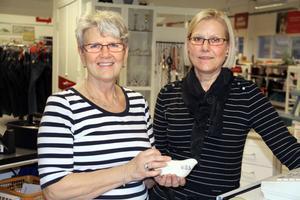 Hillevi Edeborg har jobbat inom tandvården tidigare och Titti Robertsson inom bankväsendet. Nu jobbar de tillsammans och delar på jobbet som butiksföreståndare för Erikshjälpen fram till årsskiftet.