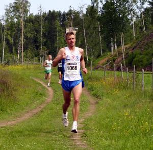 Tvåan. Maratonmannen från Mora, Jonas Buud har gått i från Anders Dahl, Högbo, och säkrar andra platsen.
