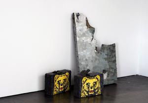 Vesa Pekka Rannikkos skulptur av en söndersparkad dörr