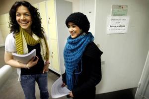 Rosa Gharib och Hajer AL Musawi höll nybörjarlektion i sina modersmål kurdiska och arabiska för skolkamraterna på Vasaskolans språkeftermiddag.