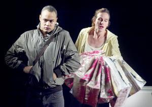 Josef (David Nordström) och Sara (Amanda Klasa Fornhammar) berättar hur det kan vara att leva med en psykiskt sjuk förälder i Det tar tid att bli ung.