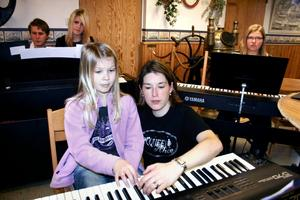 Alice Östensson, 10 år, får hjälp med pianostämman av Jennie Åbrink, rektor på Norra Vätterns musikskola.