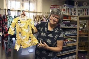 """ekologiska tyger.  Barnkläder syr Merja Hellstrand i ekologiska och giftfria tyger.  """" Varför ska vi utsätta våra barn för gifter?"""" säger hon. Foto: Laura Patnaik"""