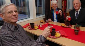 Göran Wiren är här tillsammans med pensionärerna Einar Martinsson och Monica Bjurström vid fikastunden.