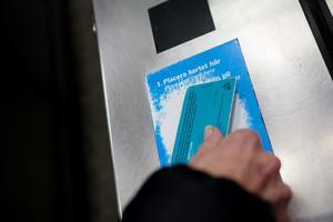 Passagerare blippar sitt SL-kort. Foto: Vilhelm Stokstad/TT