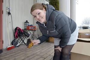 Jeanette Hedlund visar upp en bit av sprängtickan som tjuvarna försökte stjäla. Den är sällsynt, mycket värdefull och säljs på Blocket för över 1000 kronor kilot.