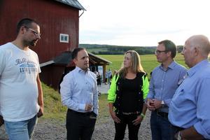 Från vänster Emil Bruneryd, före detta mjölkbonde i Töva, Jörgen Berglund (M), kommunstyrelsens ordförande, Jenny Gradin, styrelsen LRF, Peder Björk (S), oppositionsråd och Thure Eriksson, ordförande LRF Västernorrland i samspråk.