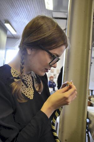 Syr halsband. Karin Fjellman Dovsten visade hur det går till att sy halsband.