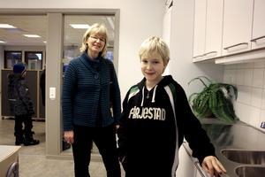 David Svensson visar mamma Kerstin Sonesson Svensson runt i de nya skollokalerna.