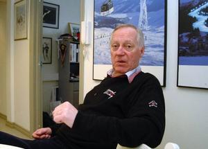 Skistars utvecklings- och arenachef Nalle Hansson säger att gödsel och vägsalt används i väldigt små mängder i Åre. Han har också fått försäkran om att kemikalierna lakas bort och inte går ut i Åresjön.