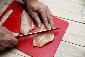 Vid tillagning av kyckling bör man tänka på att genomsteka den för att undvika att smittas av campylobacter.