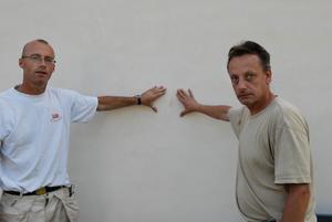 Vandaliserat. Lars Karlén och Lars-Göran Eriksson visar upp märket av ett äpple som träffat kyrkväggen. Foto:Birger Nylén
