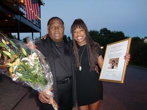 Sångerskan LaGaylia Frazier fick i onsdags mottaga 2010 års Anita O'Day-pris av initiativtagaren Anders H Pers på Jazzens Museum i Strömsholm. Här ses hon tillsammans med sin far sångaren Hal Frazier, som också framträdde vid konserten och för första gången sjöng offentligt tillsammans med sin dotter.