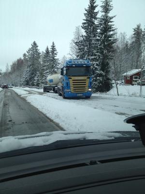 En lastbil blockerade vägen på länsväg 293.