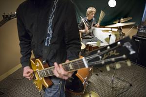 Trummisen Jimmy Sandström har skejtpunk som influens i sitt trumspelande.