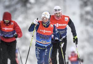 Charlotte Kalla med sin personlige tränare Magnus Ingesson och de andra svenska skidåkarna testade på torsdagen skidor i finska Ruuka. På fredags inleds världscupen med sprint.