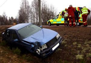 En äldre man från Malung hade änglavakt då han på söndagseftermiddagen körde av riksväg 71 i Östra Utsjö, strax söder om Malung. Av okänd anledning hade han kommit utanför asfaltkanten och körde på en telefonstolpe som gick av. Han fortsatte ytterligare en bra sträcka i diket innan bilen stannade. Mannen var omskakad. Han visade inte tecken på några allvarligare skador, men fördes för säkerhets skull till Mora lasarett för undersökning. Efter olyckan blev en elledning hängande ner över riksvägen. Trafiken kunde dock ledas förbi olycksplatsen på en sidoväg vid Östra Utsjö skola.