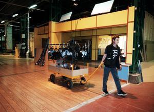Slutet. Roger Gustafsson, studiochef på Hollyhammar, packar ihop de sista strålkastarna.