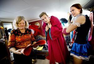 Festlig höst. Anette Saverman, till vänster, tar emot Oscar Hasslekvist och Johanna Larsson.