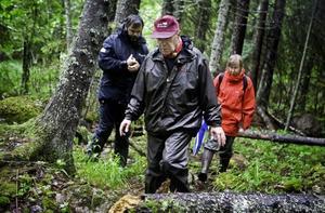 Ove Lennström på vandring genom reservatet. I bakgrunden Ann Hagermo och Bernt Moberg.