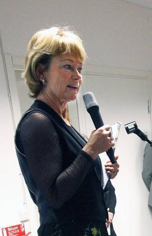 Kulturministern har antagit rollen som konstvetare, men alla håller inte med henne.