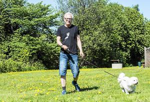 Efter drygt 40 år på radiosporten har Christer Jonasson gått i pension, och hunden Molly njuter av att ha husse hemma.