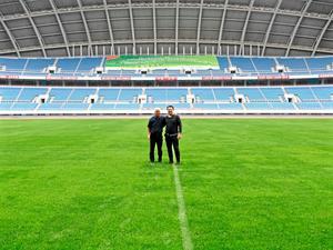 Gåvert Wååg och Pelle Blohm på den väldiga huvudarenan, med plats för 60 000 åskådare, i Shenyang.