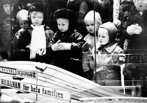 Näsorna tryckta mot leksaksaffärernas skyltfönster – den företeelsen är sig lik år från år. Här är det en bilbana som studeras ingående. Troligen inleddes operation övertalning av föräldrar ganska omgående.