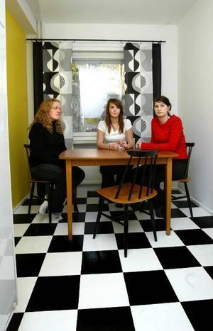 Schack matt. Efter mer än 100 timmars slit har Johanna Sellén, Emma Eriksson och Hanna Thyr äntligen rott sitt projektarbete i land. Mest nöjda är de själva med det handmålade, schackmönstrade golvet i köket.