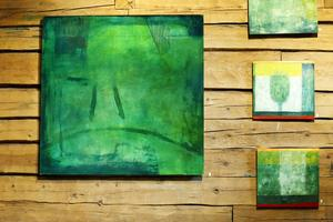 Nöjd, heter den stora gröna tavlan, där kanske ett par bara ben anas. Siv Gustafsson var själv nöjd med denna bild, därav namnet.