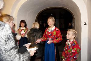 Sockenklädda kommunalrådet Sofia Jarl och systrarna Britta och Signe Liss välkomnade besökarna till kyrkan.