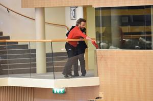 En miljöaktivist sprutar ketchup mot de folkvalda i riksdagen.